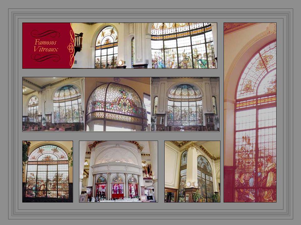 Se trata de vitrales de procedencia francesa de aproximadamente 80 años de antigüedad en forma de grandes murales y de cúpulas sobre las entradas al local.