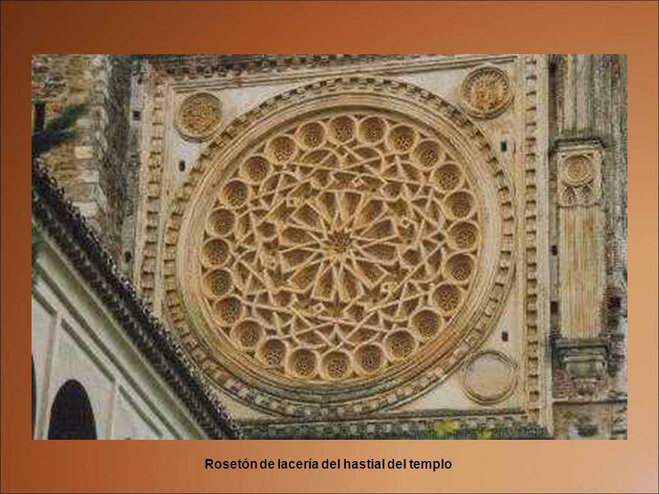 En su arquitectura predomina el estilo mudéjar con elementos góticos, renacentistas y barrocos. Su construcción se ha desarrollado a lo largo de los s