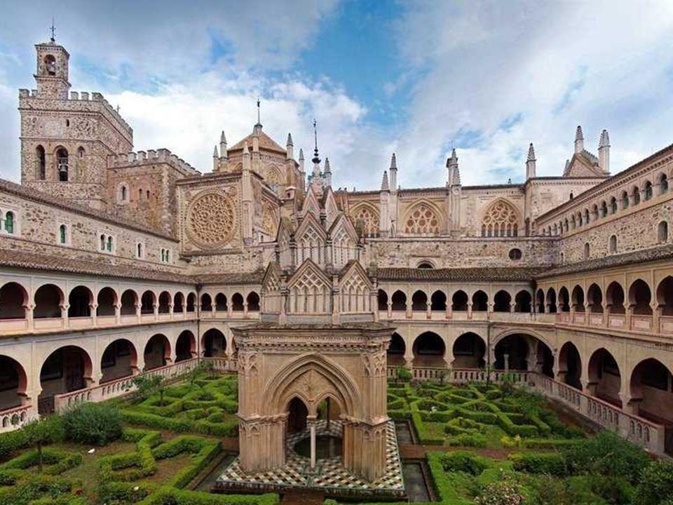 El gran claustro mudéjar del Monasterio de Guadalupe es de espectaculares dimensiones. Tiene forma de cuadrilátero con dos pisos abiertos con arcos ap