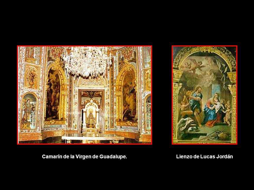 El camarín de la virgen, de estilo barroco, contiene pinturas de Luca Giordano.