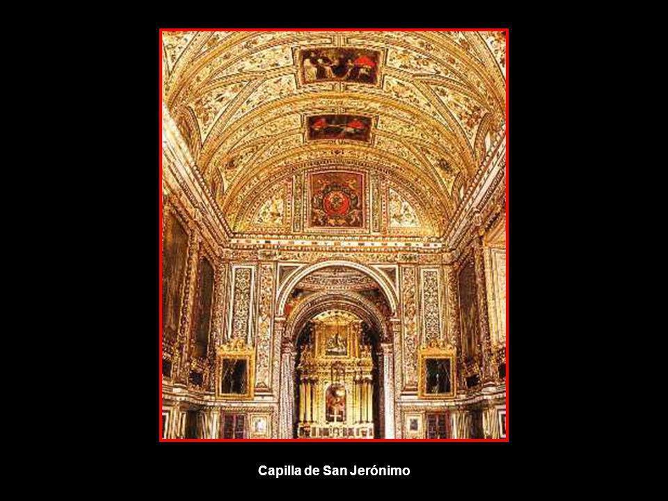 El cuerpo de la Sacristía acaba con la capilla de San Jerónimo con la que forma una sola pieza. Sigue el mismo decorado de la sacristía que aumenta su