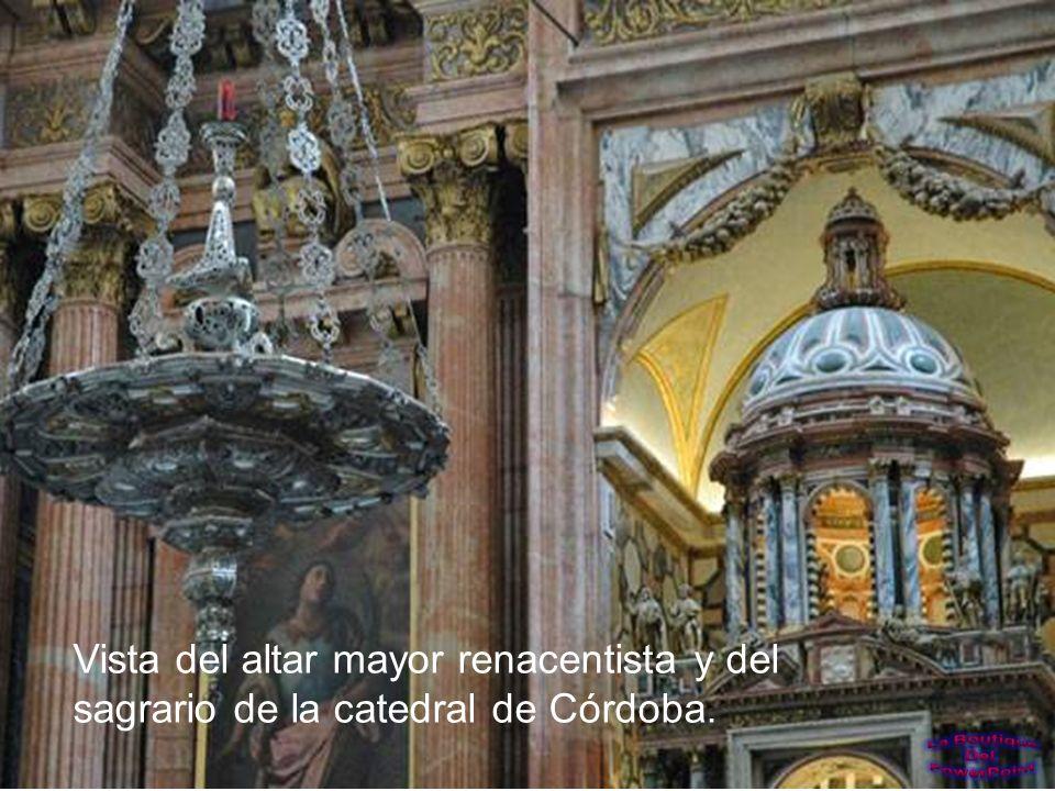 Púlpito barroco tallado en caoba, mármol y jaspe. El altar mayor de la catedral al fondo.