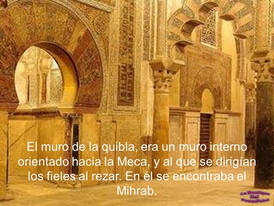 Maqsura Delante del MIHRAB hay un espacio acotado, reservado para el Califa y gente importante, para que no se juntara durante los rezos con el resto de fieles