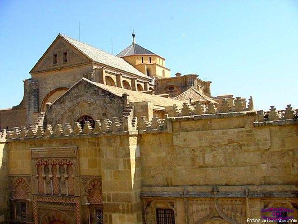 Mirando al sur del catedral del siglo XIII hacia el muro de la qibla, a la derecha del mihrab.