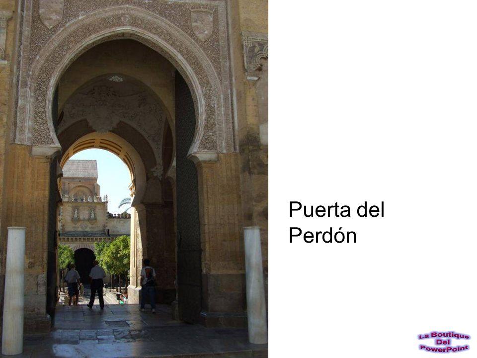 Una de las puertas más ricamente decoradas, la de s. Miguel, está localizada en la fachada oeste de la Mezquita. Se puede observar el trabajo de celos