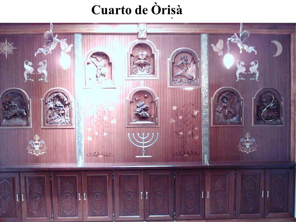 Puerta de ingreso al cuarto deÒrisà Interior del salón Tallas en madera y vitraux.