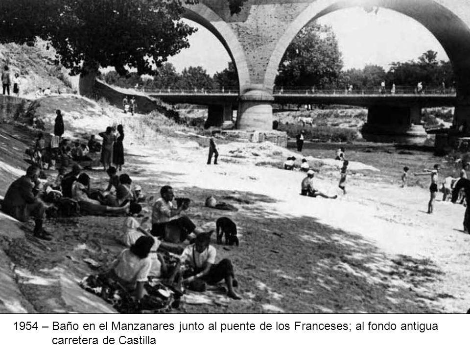 1954 – Baño en el Manzanares junto al puente de los Franceses; al fondo antigua carretera de Castilla