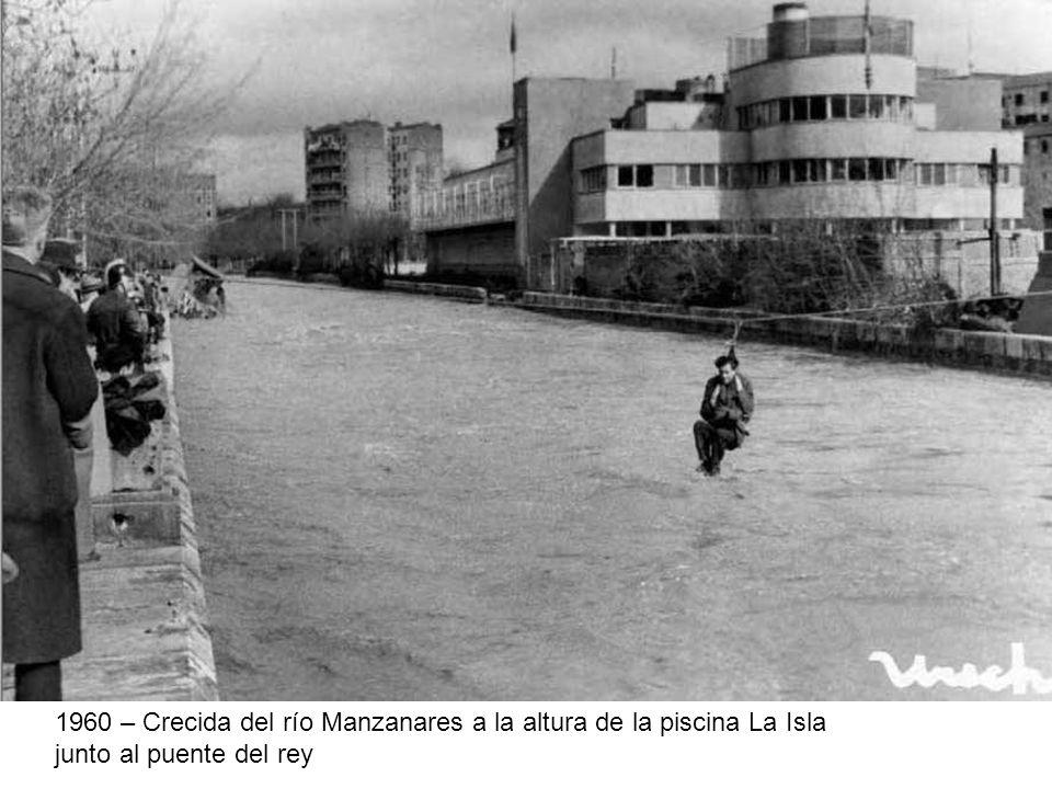 1960 – Crecida del río Manzanares a la altura de la piscina La Isla junto al puente del rey