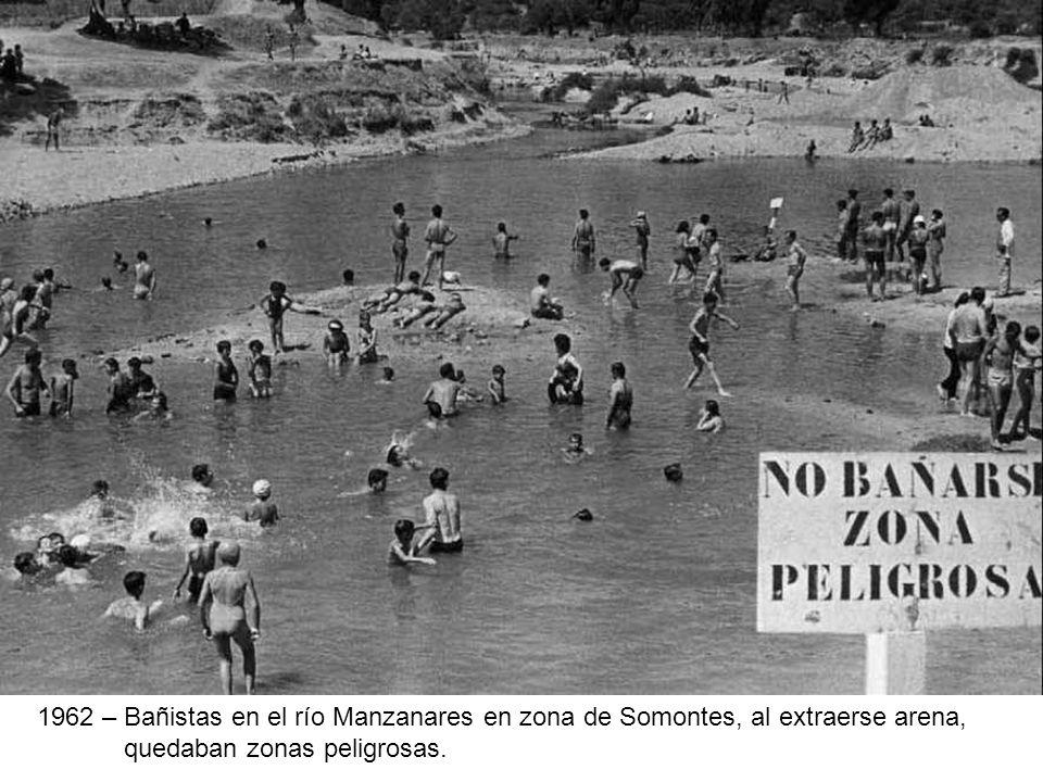 1962 – Bañistas en el río Manzanares en zona de Somontes, al extraerse arena, quedaban zonas peligrosas.