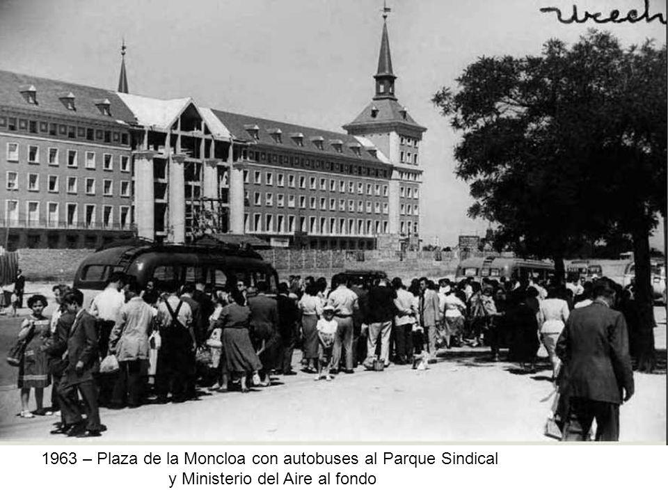 1963 – Plaza de la Moncloa con autobuses al Parque Sindical y Ministerio del Aire al fondo