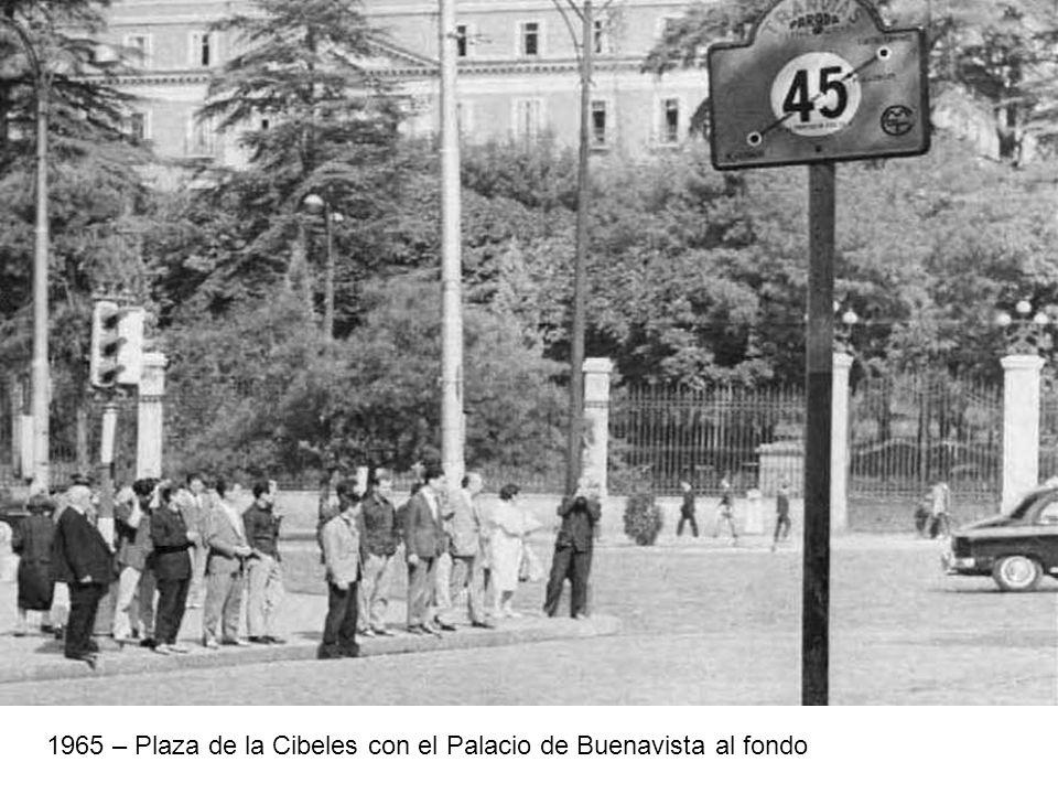 1965 – Plaza de la Cibeles con el Palacio de Buenavista al fondo