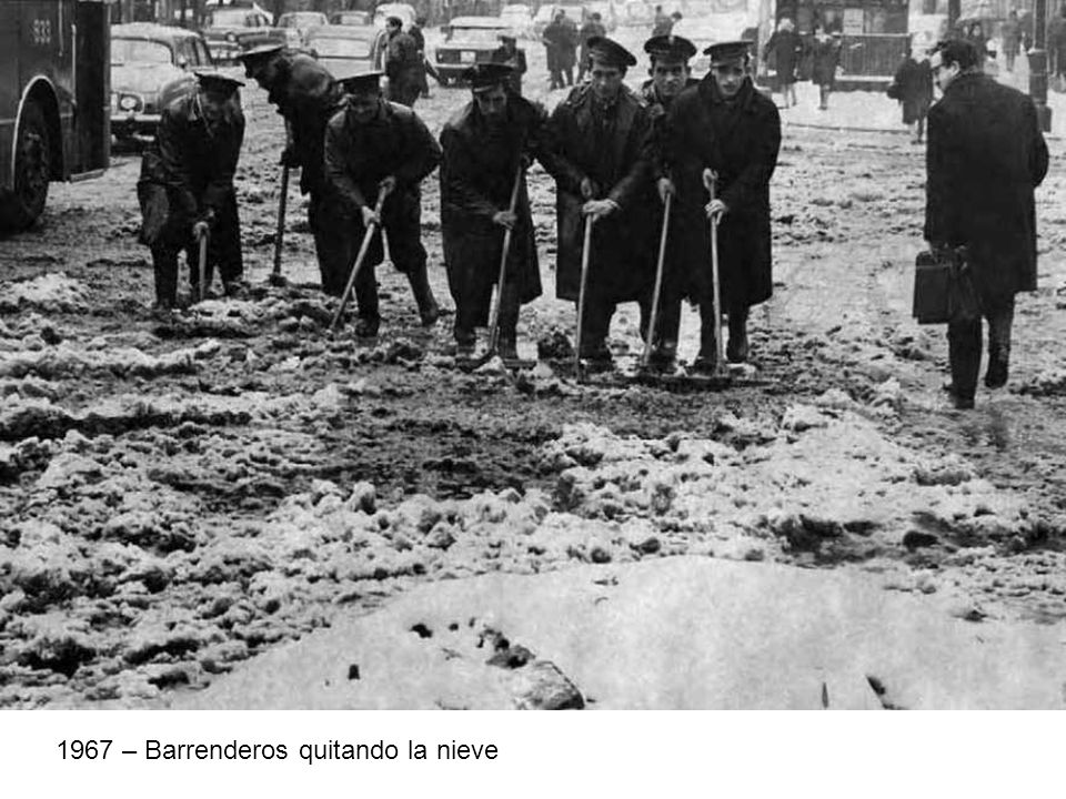 1967 – Barrenderos quitando la nieve
