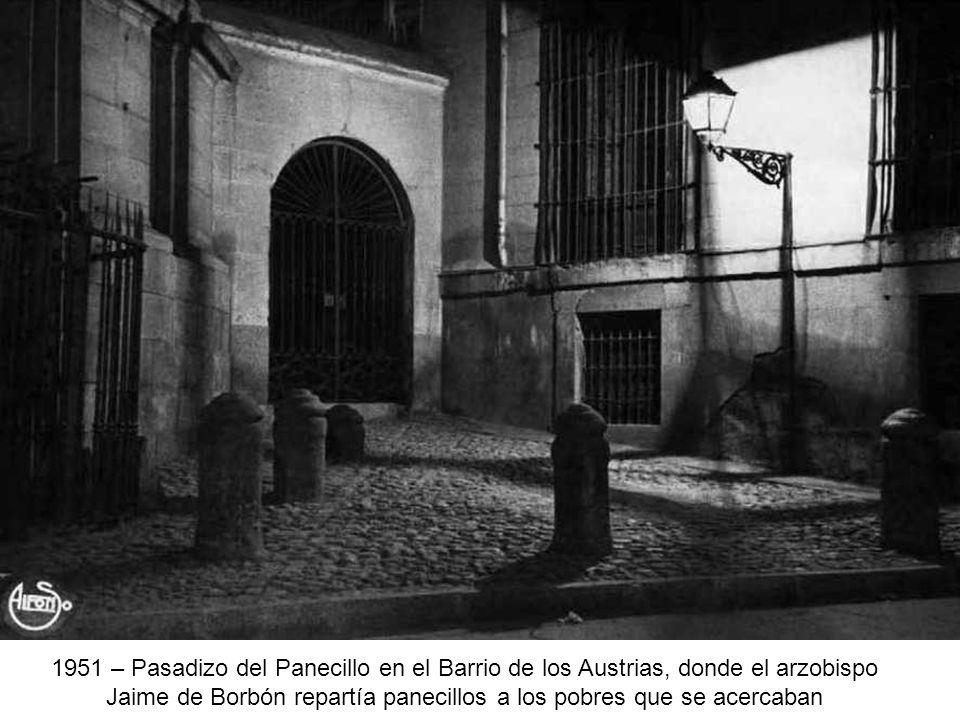 1951 – Pasadizo del Panecillo en el Barrio de los Austrias, donde el arzobispo Jaime de Borbón repartía panecillos a los pobres que se acercaban