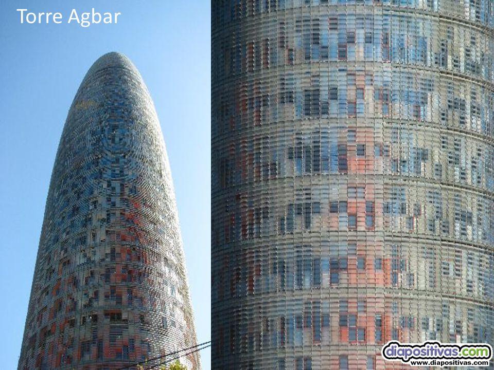TORRE - AGBAR Es increíble lo llamativo que es el diseño que tiene. Por la noche es espectacular. Cambia de colores según el día. Por la noche llama m