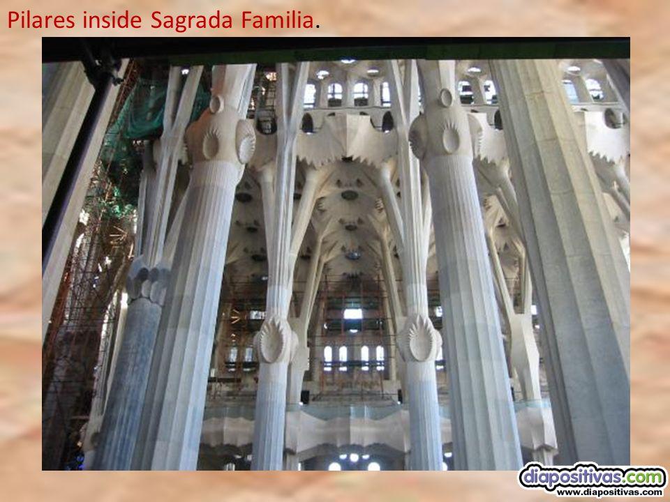 LA SAGRADA FAMILIA. Es una obra del conocido arquitecto Antonio Gaudí, actualmente están construidas 8 de las 18 torres previstas en el proyecto. Las