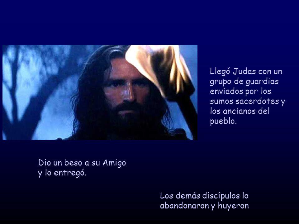 Llegó Judas con un grupo de guardias enviados por los sumos sacerdotes y los ancianos del pueblo. Dio un beso a su Amigo y lo entregó. Los demás discí