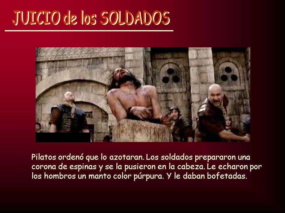 Pilatos ordenó que lo azotaran. Los soldados prepararon una corona de espinas y se la pusieron en la cabeza. Le echaron por los hombros un manto color