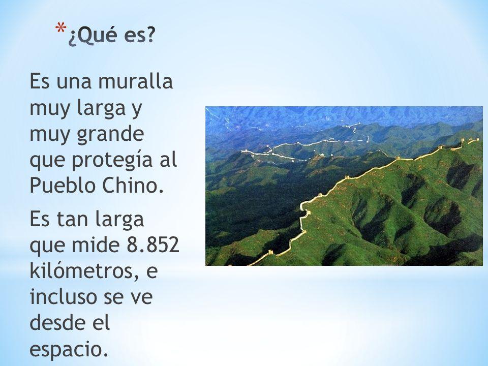 Es una muralla muy larga y muy grande que protegía al Pueblo Chino. Es tan larga que mide 8.852 kilómetros, e incluso se ve desde el espacio.