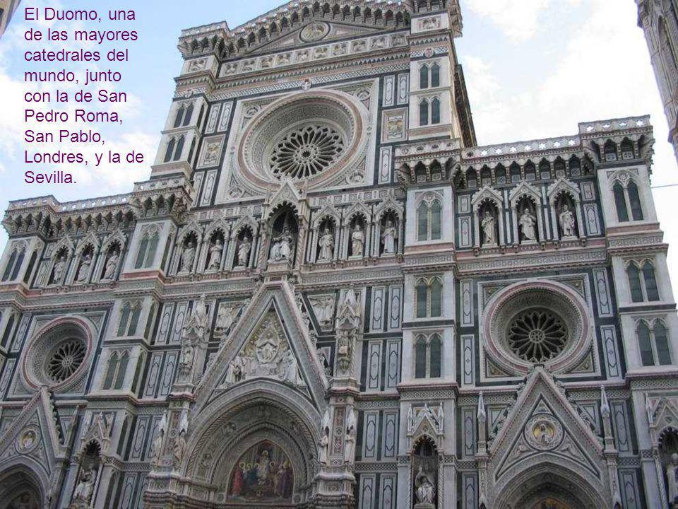Unas de las Puertas de entrada al Baptisterio. Fueron talladas por Pisano,año 1. 330, de estilo gótico, y más tarde por Ghiberti, de estilo renacen- t