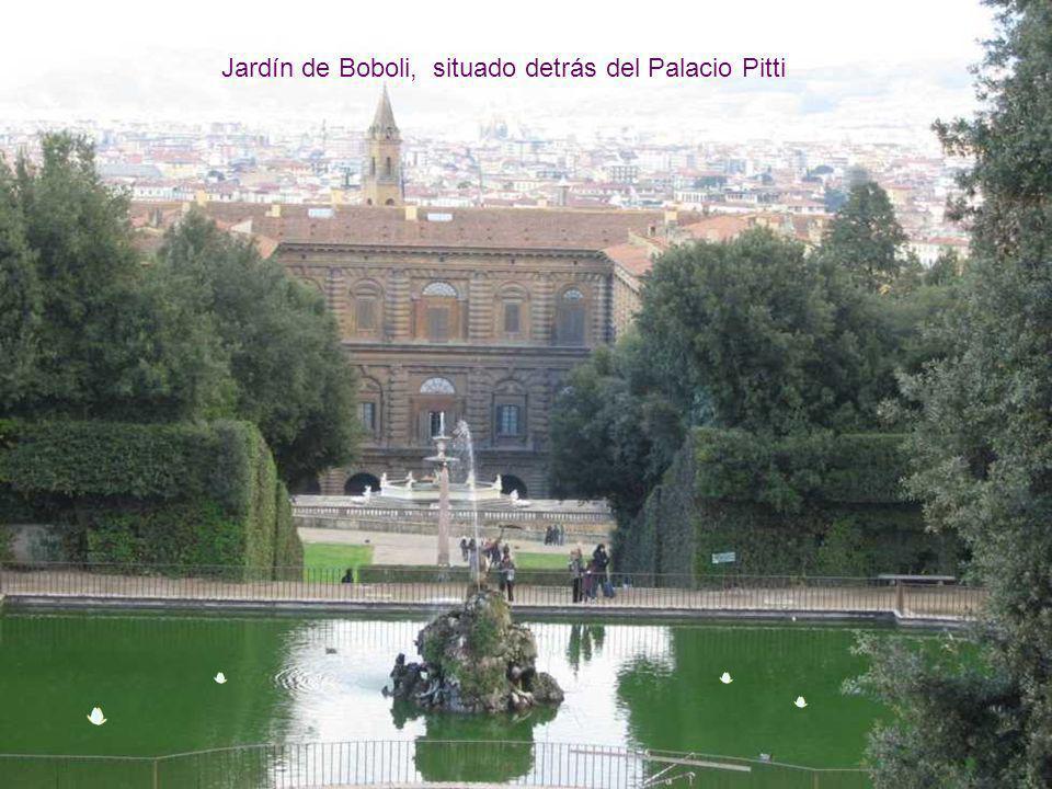 Palacio Pitti, Construido en el siglo XV por los Médicis. Hoy alberga una colección pictórica con obras tan importantes, como las de Rafael, y Tiziano