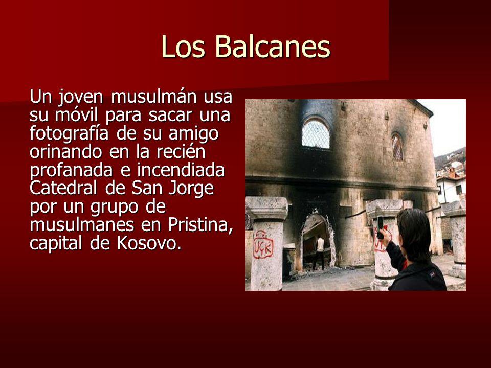 Los Balcanes Un joven musulmán usa su móvil para sacar una fotografía de su amigo orinando en la recién profanada e incendiada Catedral de San Jorge por un grupo de musulmanes en Pristina, capital de Kosovo.