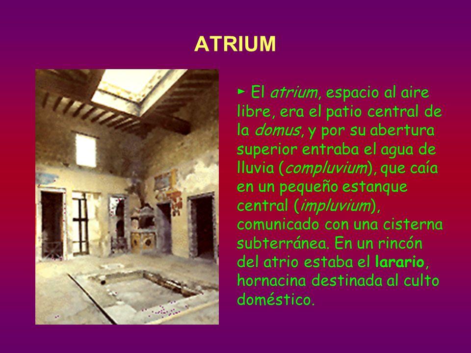 El atrium, espacio al aire libre, era el patio central de la domus, y por su abertura superior entraba el agua de lluvia (compluvium), que caía en un pequeño estanque central (impluvium), comunicado con una cisterna subterránea.