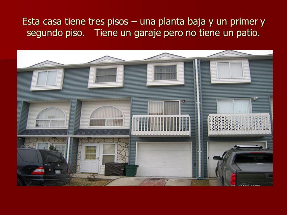 Esta casa tiene tres pisos – una planta baja y un primer y segundo piso. Tiene un garaje pero no tiene un patio.