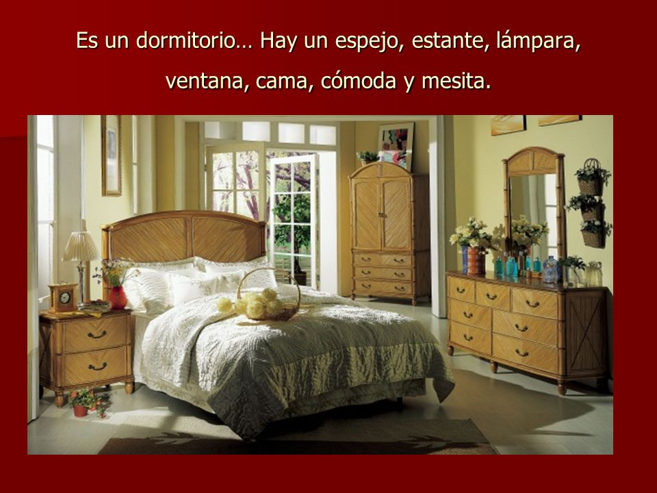 Es un dormitorio… Hay un espejo, estante, lámpara, ventana, cama, cómoda y mesita.