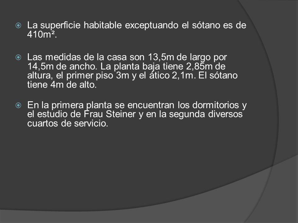 La superficie habitable exceptuando el sótano es de 410m². Las medidas de la casa son 13,5m de largo por 14,5m de ancho. La planta baja tiene 2,85m de