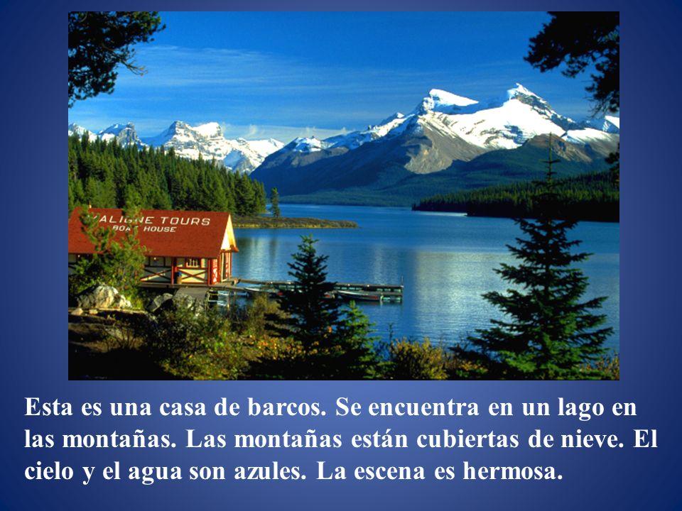 Esta es una casa de barcos.Se encuentra en un lago en las montañas.