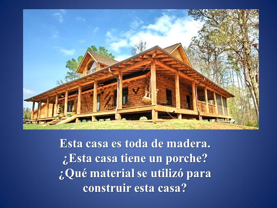 Esta casa es toda de madera.¿Esta casa tiene un porche.
