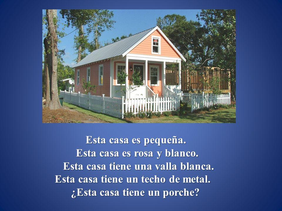 Esta casa es pequeña.Esta casa es rosa y blanco. Esta casa tiene una valla blanca.