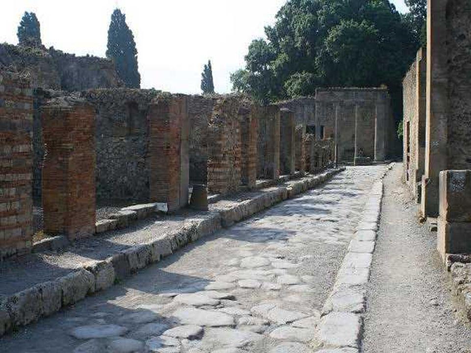 Calle de Pompeya perfectamente delimitada como las actuales, con incluso adoquines de la acera. Todo esto está tal y como se desenterró de las cenizas