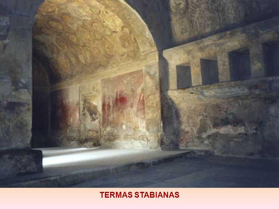 las Termas Stabianas, las más antiguas de la ciudad, del siglo IV a. C.. Estaba compuesta por una sección masculina y otra femenina. Tenía un sofistic