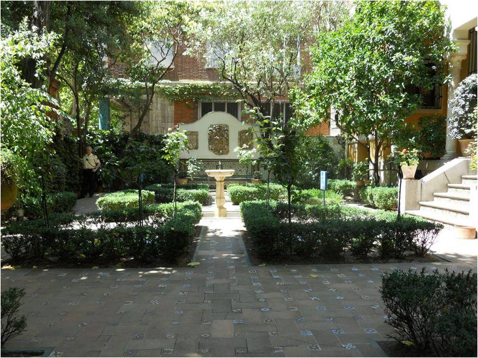 Encontramos tres jardines creados por el mismo Sorolla. El primero está inspirado en el Laberinto de los Reales Alcázares de Sevilla, el segundo en el