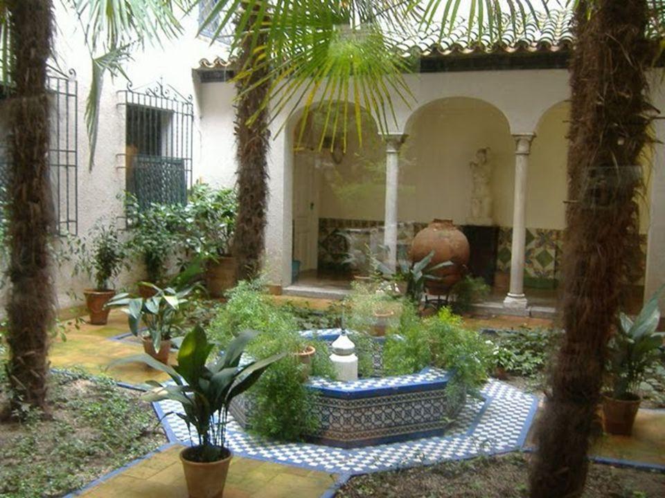 El interior se desarrolla sobre tres pisos. En la planta baja encontramos el Patio Andaluz, un pequeño recinto con una fuente central donde salta a la