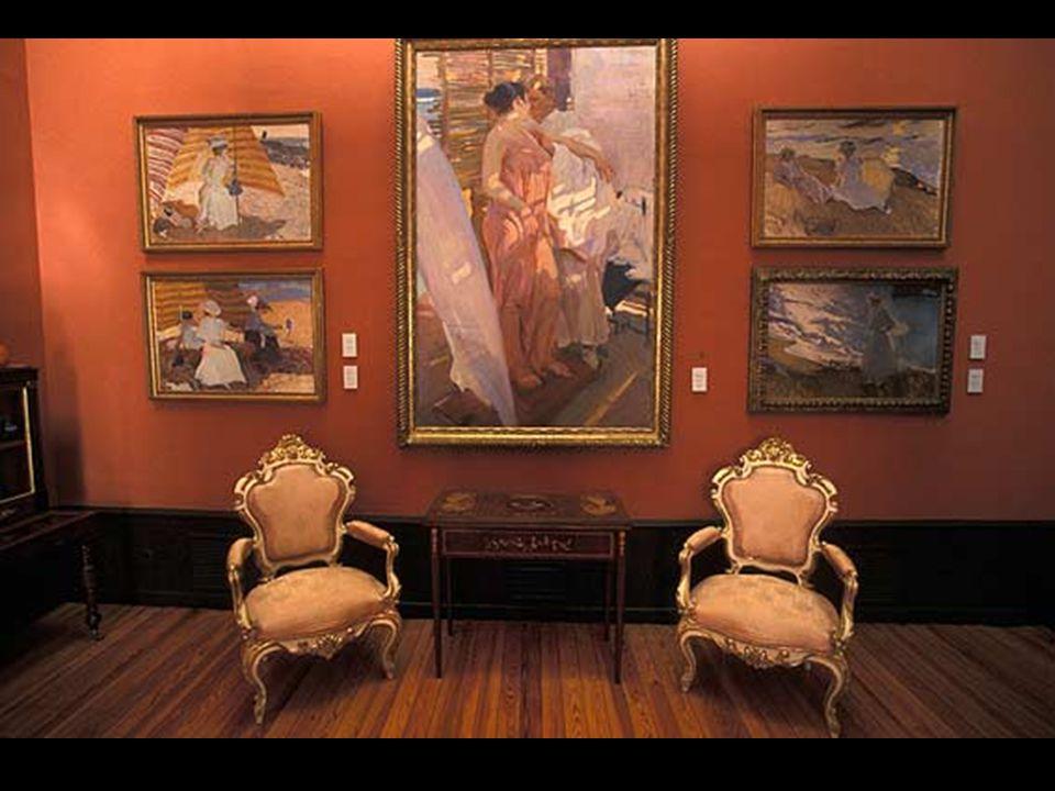 Luego, en el interior, te espera una casa museo en la que disfrutar no sólo de la espléndida obra pictórica de Sorolla, sino también de un conjunto de muebles y objetos de decoración de gran valor y belleza que nos hablan del refinamiento que rodeaba la vida del pintor.