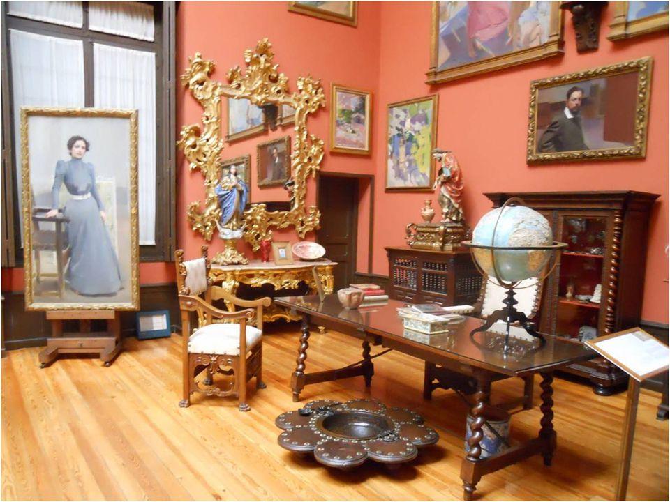 La visita al museo se inicia en las tres estancias que conformaban la zona de trabajo de Sorolla: su taller, la sala donde recibía a los clientes y mo
