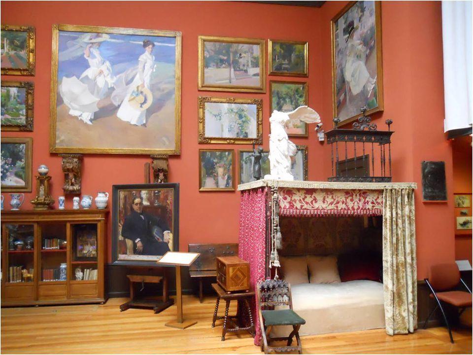 Tallas barrocas, valiosas piezas de cerámica, bustos, pequeñas esculturas. Y una reproducción de la Victoria de Samotracia. Llama la atención una prec