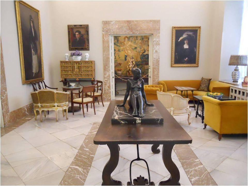 La zona noble de la casa conserva muchos de los objetos valiosos con los que convivió Sorolla: lámparas de Tiffanys, algún pequeño mueble Louis XV y varios bargueños y escritorios antiguos preciosos.