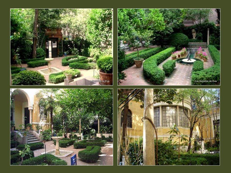 Uno de los mayores encantos que tiene este delicioso museo es su jardín, un espacio recogido, fresco y umbrío, en el centro de Madrid.