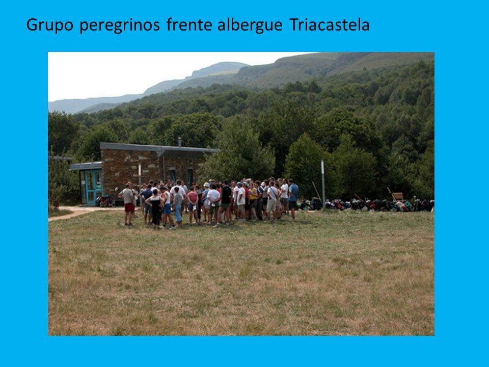 Grupo peregrinos frente albergue Triacastela