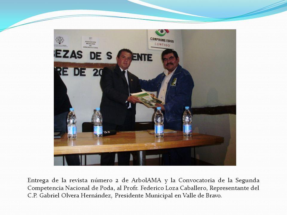 Entrega de la revista número 2 de ArbolAMA y la Convocatoria de la Segunda Competencia Nacional de Poda, al Profr.