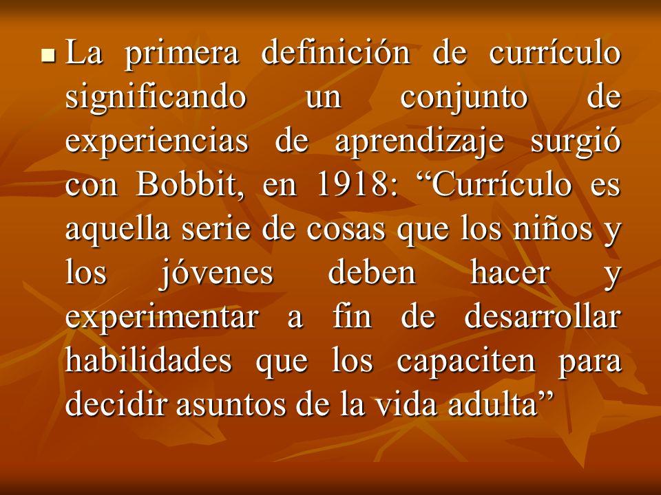 La primera definición de currículo significando un conjunto de experiencias de aprendizaje surgió con Bobbit, en 1918: Currículo es aquella serie de c