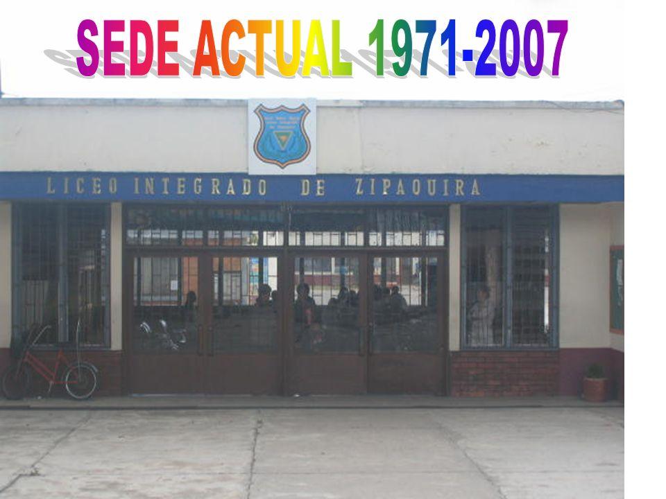 Uniforme de educación física: Sudadera azul con escudo al lado derecho. Camiseta blanca con cuello sport, escudo al lado derecho. Medias blancas. Teni