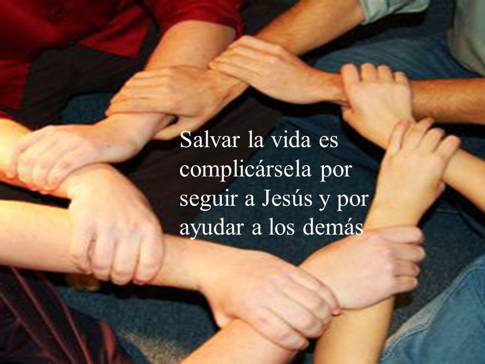 34 Después Jesús reunió a la gente y a sus discípulos, y les dijo: Si alguno quiere venir detrás de mí, que renuncie a sí mismo, que cargue con su cru