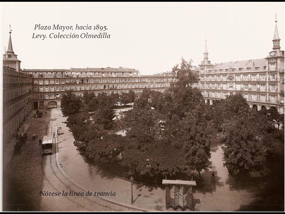 la Plaza Mayor se ajardinó en 1848, y así permaneció hasta mediados del Siglo XX. En esta época de las foto la atravesaba una línea de tranvía, la que