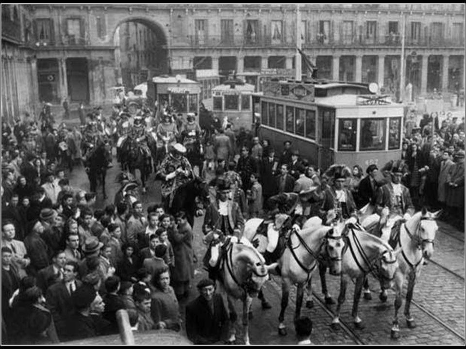 Plaza Mayor, hacia 1895. Levy. Colección Olmedilla Nótese la línea de tranvía