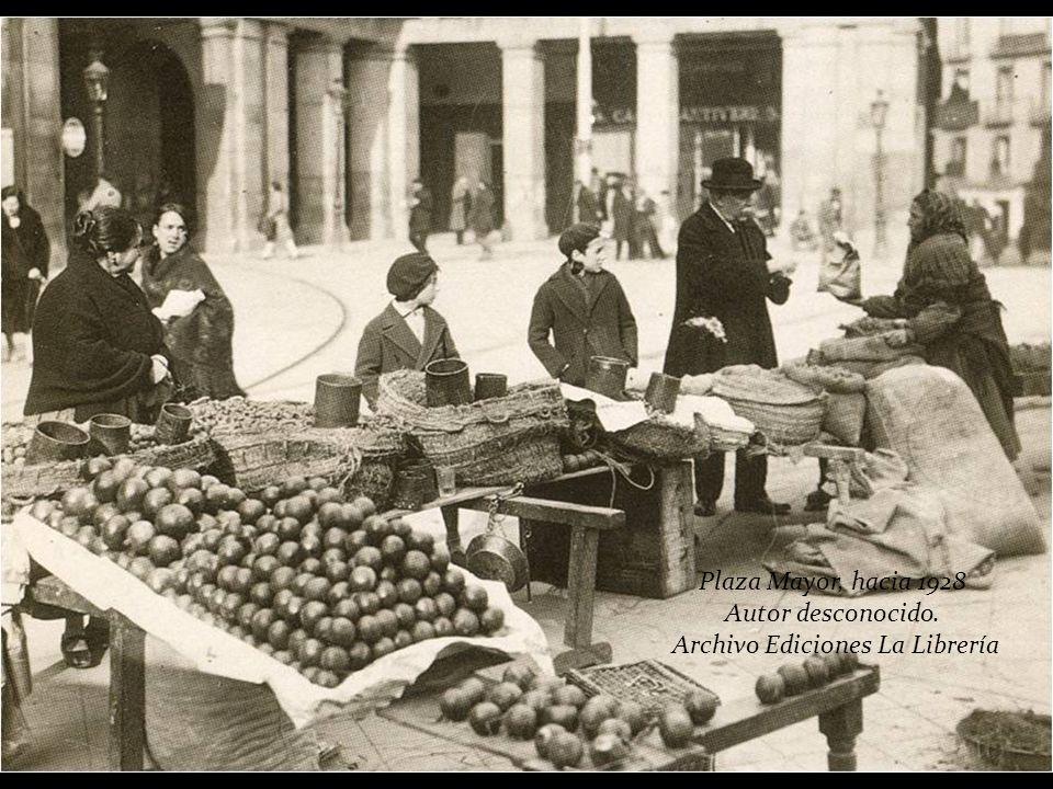 En la Plaza Mayor se instalaban, por Navidad, puestos de alimentos, como el de la siguiente foto. El Ayuntamiento los prohibió en 1944 y a partir de e