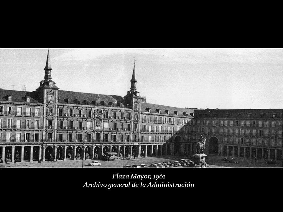 Plaza Mayor, Navidades 1956. Fondo Fotográfico Santos Yubero. Archivo Regional de la Comunidad de Madrid